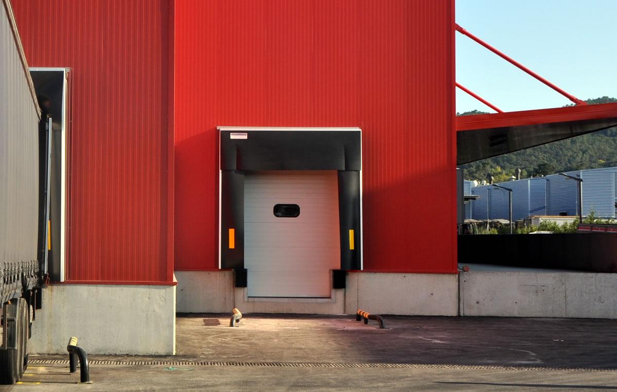 Els abrics de moll estan dissenyats per assegurar un aïllament tèrmic i higiènic durant les operacions de càrrega i descàrrega, la qual cosa millora les condicions de treball i la manipulació de la mercadería. L'efectivitat dels abrics de moll consisteix a absorbir els cops produits pels camions, a les maniobres d'aproximació del moll. Disposen de faldons laterales i faldó frontal de PVC negre flexible.