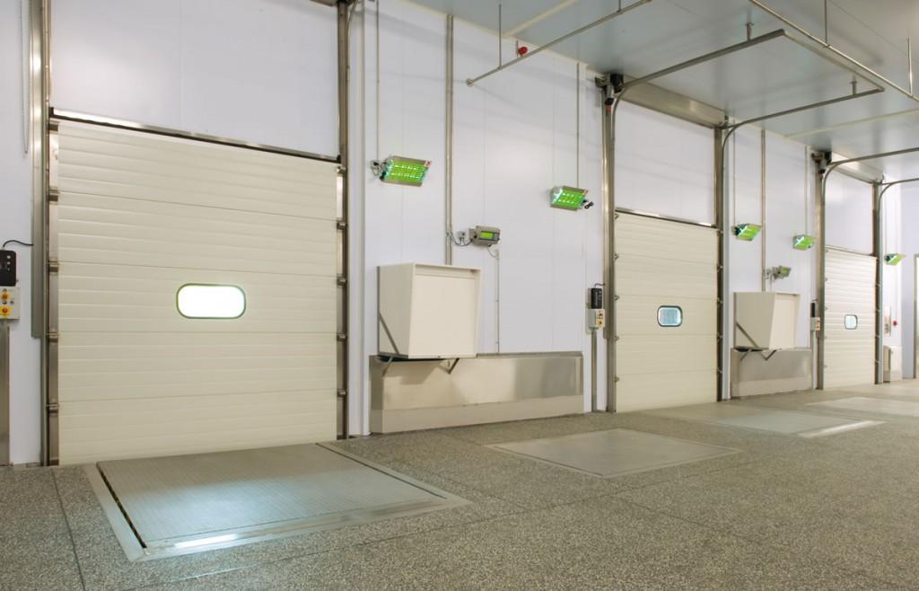 PORTES MAGATZEMS2 Les portes per a garatges i magatzems industrials de Portand Andorra estan exclusivament dissenyades per a les empreses dedicades a la producció de béns i serveis per a la seva venda. Són portes segures, de gran estanquitat i d'ús intensiu. Estan indicades per a la separació d'ambients en la indústria agroalimentària, sales pressuritzades, cambres frigorífiques, etc.