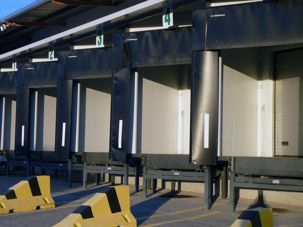 Els molls de càrrega permeten efectuar les operacions de càrrega i descàrrega de mercaderiesi salvar els desnivells entre magatzem i vehicle, amb la qual cosa s'aconsegueix un ajustament perfecte i s'obté la màximaseguretat, rapidesa i rendibilitat.