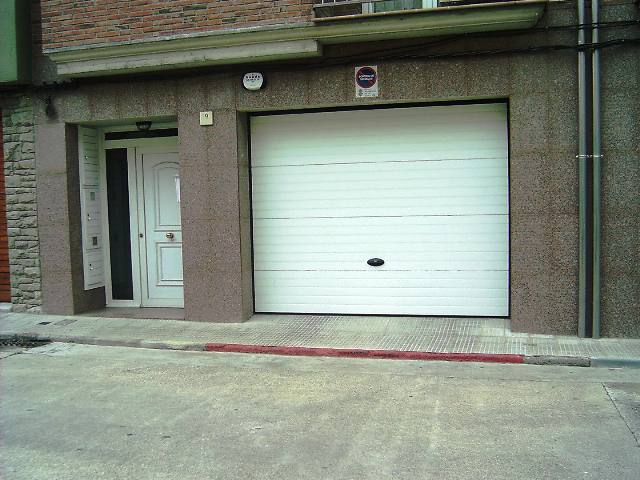 Fabriquem qualsevol tipus de porta de garatge industrial i residencial: porta ràpida, porta seccional, porta tallafocs, porta per a garatge, porta per a magatzem i equipaments. Les portes de garatge poden ser seccionals i basculants. Disposem d'una àmplia gamma de colors i imitació fusta. Oferim diferents possibilitats de motorització. Portes de Garatge Automàtiques. Models de porta en alumini per garatge, residències... Portes de garatge, models especials per cases grans i seguretat. Les nostres portes de garatge ofereixen un alt nivell de seguretat i, alhora, milloren l'estètica del seuhabitatge. Li oferim acabats en qualsevol color RAL, anoditzats metàl·lics o lacats d'imitació fusta, amb un ampli ventall d'accessoris, acabats i opcions que milloraran la seva seguretat i comoditat.
