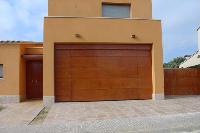 Fabricació, comercialització i instal.lació de tot tipus de portes seccionals tant per a indústries com residencials.