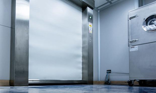 Els avantatges de les portes super rapides Doble-Pass: - Versatilitat - Màxima seguretat - Rapidesa d'acció - Sistemes de comandament La porta super rapida Doble-Pass és idònia per a les necessitats de qualsevol indústria o local comercial. Està construïda amb panells de lona amb recobriment de PVC que llisquen lateralment i s'enrotllen a l'interior d'uns calaixos que, alhora, actuen com a marc portant de la porta. Les seves especials característiques li proporcionen una gran versatilitat de mides i usos així com un elevat nivell insonoritzat i d'aïllament. El seu sistema operatiu fa que la seva seguretat sigui total per als seus usuaris. Instal·lar una porta DOBLE-PASS és donar pas a una tecnologia que augmenta la capacitat operativa del seu equip industrial i, per tant, també de la seva rendibilitat.
